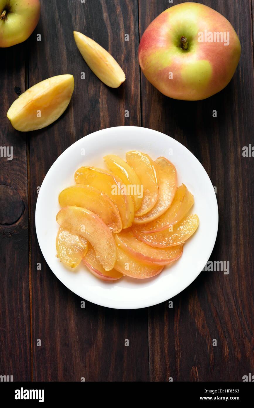 Karamellisierten Apfelscheiben auf Teller, Ansicht von oben Stockbild