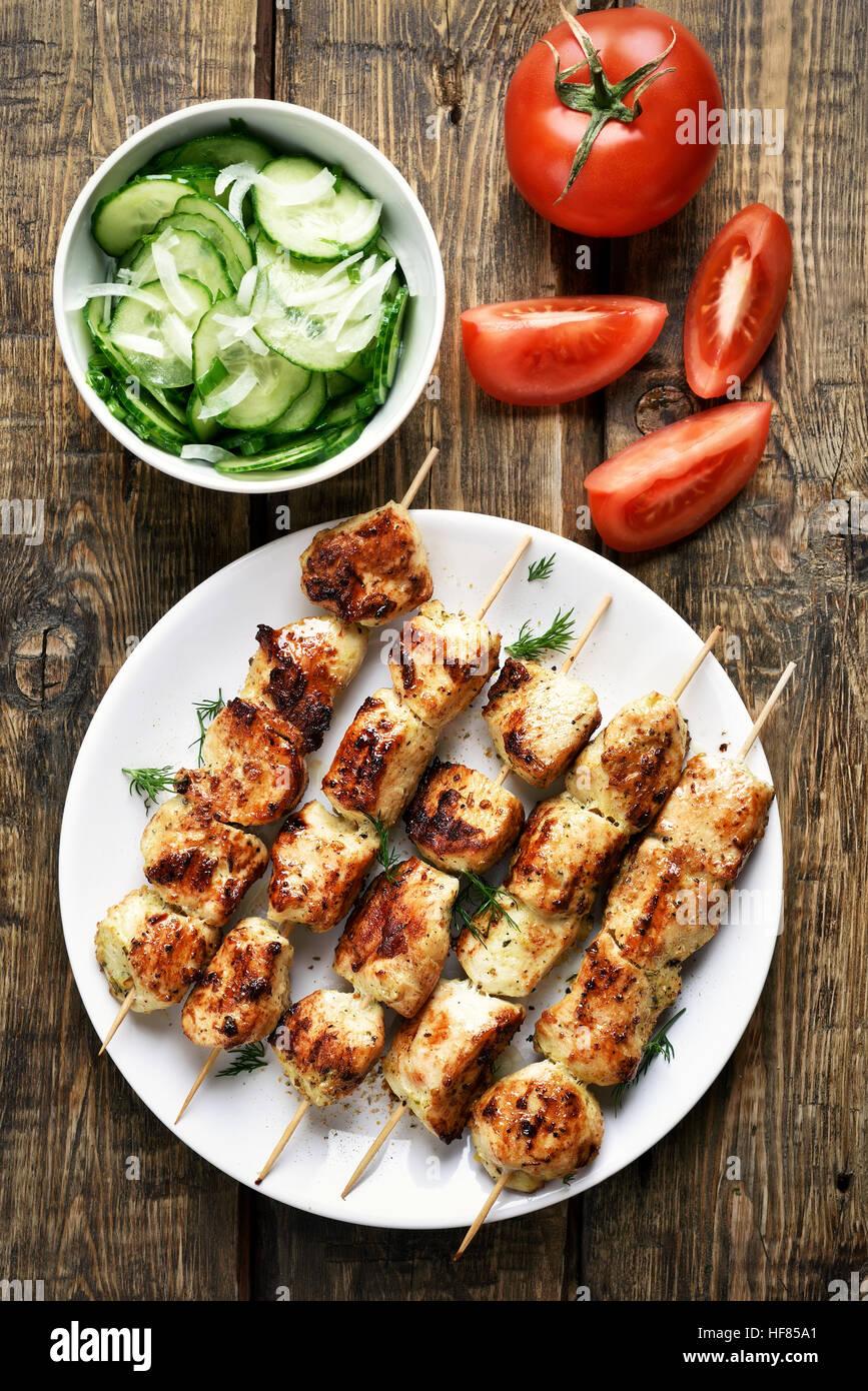 BBQ Chicken Kebab und Gemüse auf hölzernen Hintergrund, Ansicht von oben Stockbild