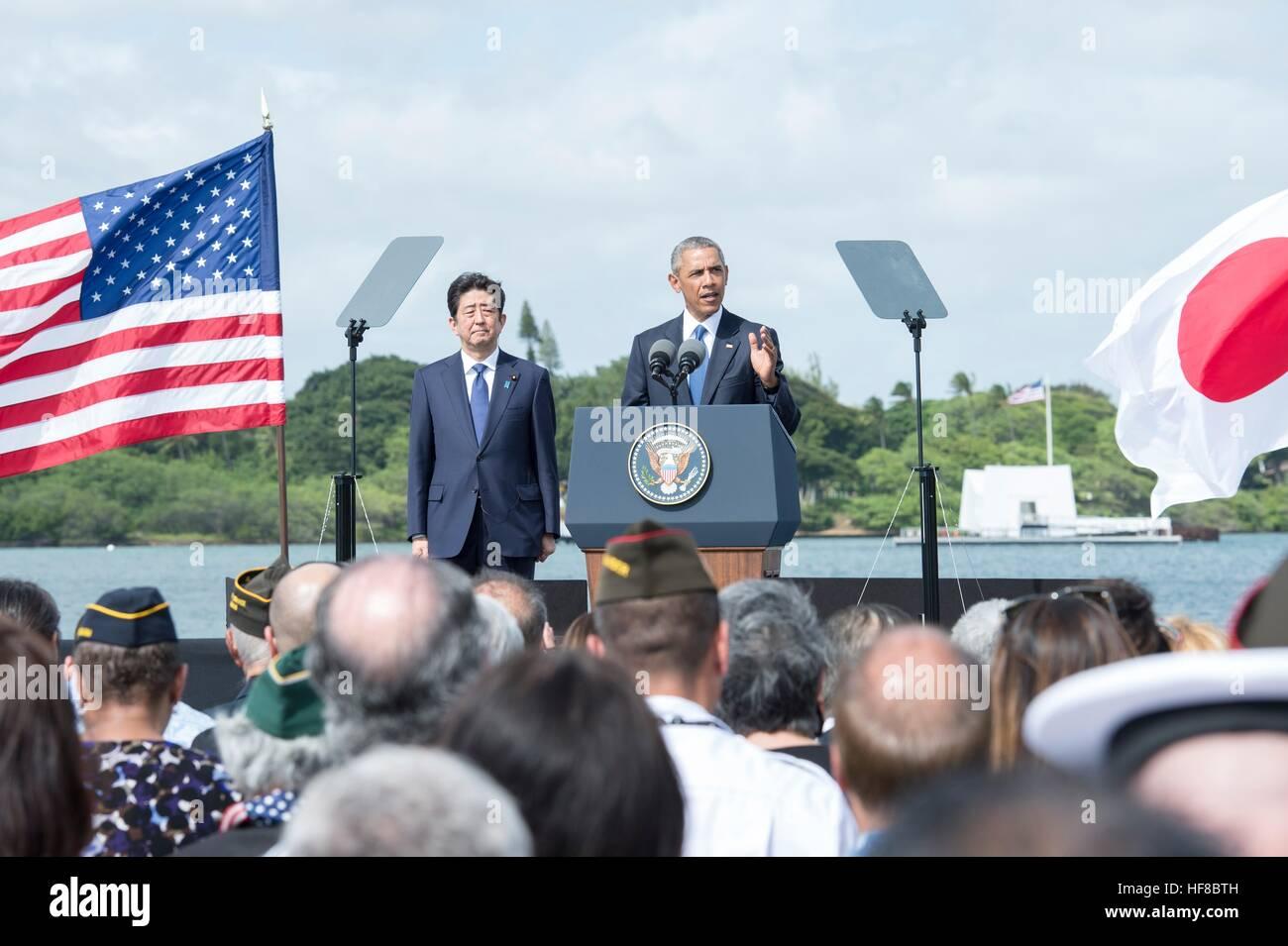 Pearl Harbour, Hawaii. 27. Dezember 2016. US-Präsident Barack Obama und der japanische Premierminister Shinzo Stockbild