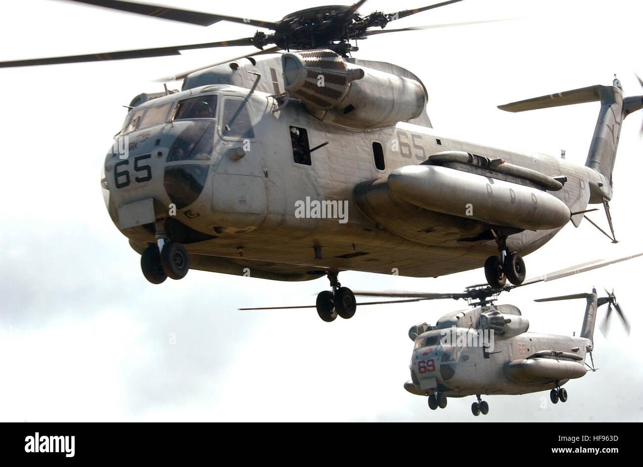 040717-N-6932B-204 Kahuku Training Bereich Oahu, Hawaii (17. Juli 2004) - CH-53D Sea Stallion-Hubschrauber, die ÒRed LionsÓ der Marine schwere Hubschrauber Geschwader drei sechs drei (HMH-363) zugewiesen Ansatz eine Landezone für die Einfügung einer Marine Rescue Force aus 3rd Marine Regiment Marine Corps Base Hawaii, während eine taktische Wiederherstellung der Flugzeuge und Personal (TRAP) Übung zur Unterstützung der Rand des Pazifik (RIMPAC) 2004. RIMPAC ist die größte internationale maritime Übung in den Gewässern um die Inseln von Hawaii. Das diesjährige Übung umfasst sieben teilnehmenden Nationen; Australien, Canad Stockfoto