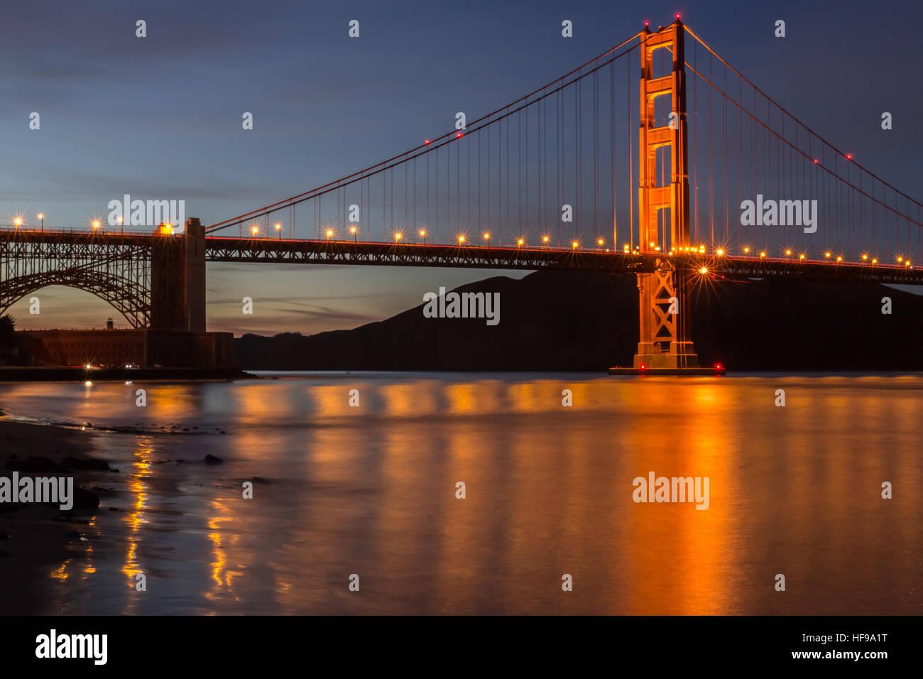 Golden Gate Bridge und Wasserspiegelungen. Fort Point, San Francisco, Kalifornien, USA Stockbild