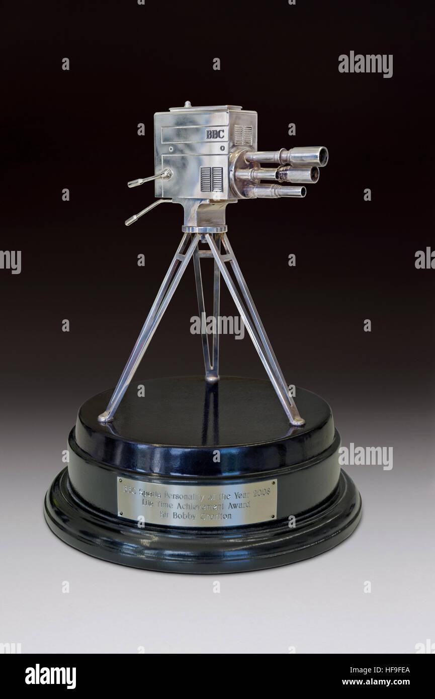 BBC Sport Persönlichkeit Lifetime Achievement Award 2008 an Sir Bobby Charlton und vorgestellt von seinem Bruder Stockbild