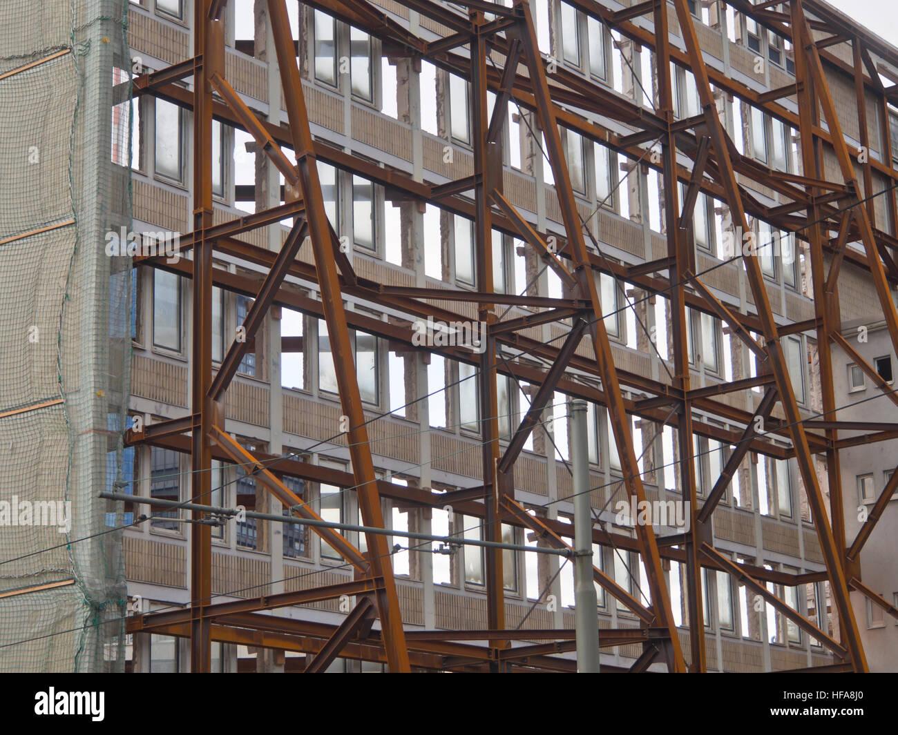 Alte Gebäude-Fassade von Stahlbarren Skelett, Bau-Aktivitäten in ...