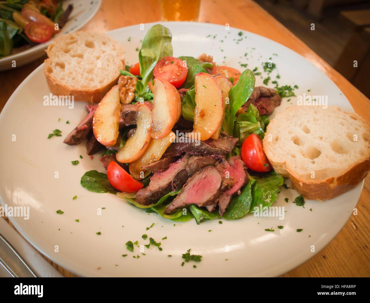 g nseleber salat mit pfeln und waln ssen leckeres mittagessen in einem restaurant in frankfurt. Black Bedroom Furniture Sets. Home Design Ideas