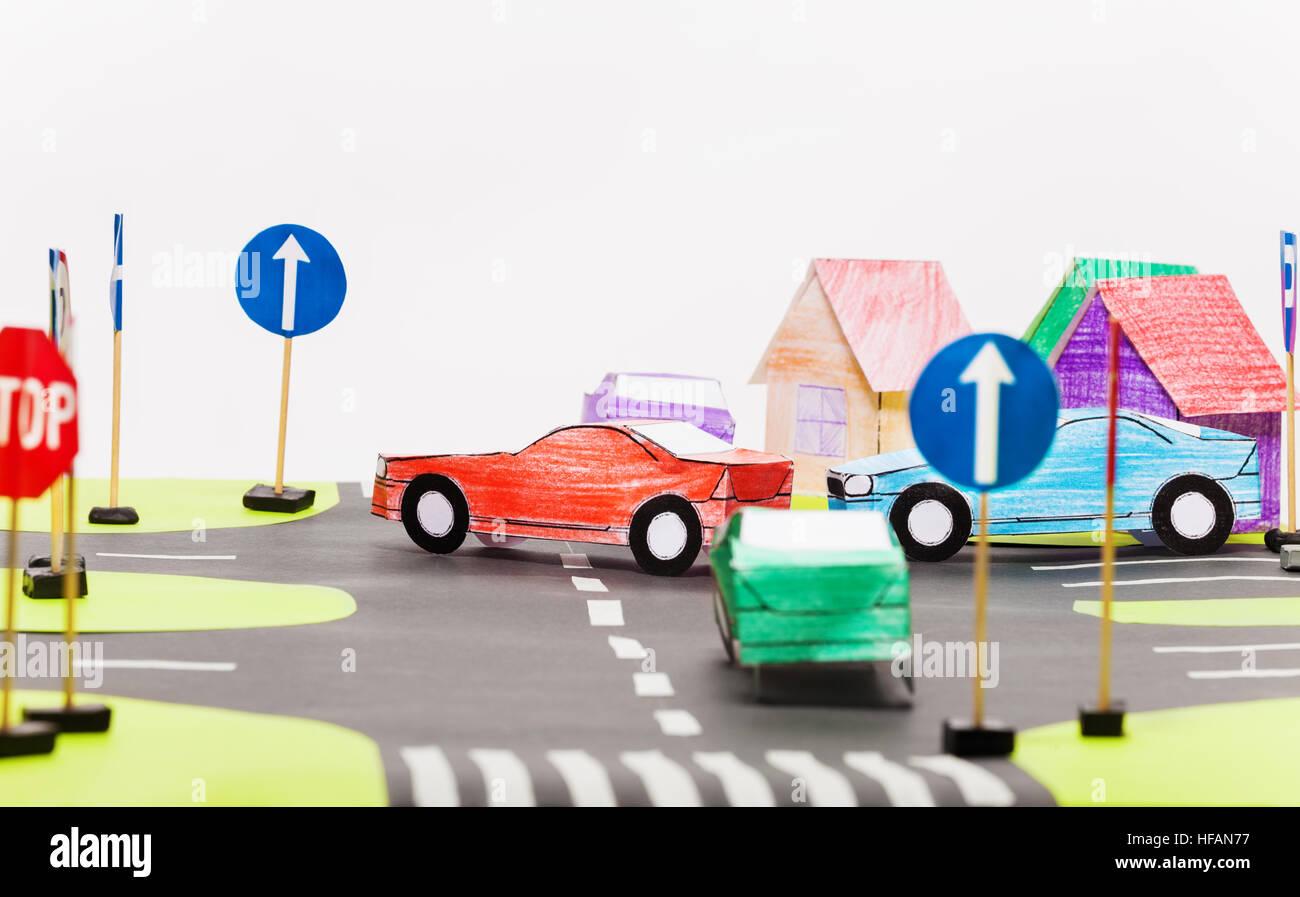 Das Papiermodell des belebten Kreuzungen in Spielzeugstadt Stockbild