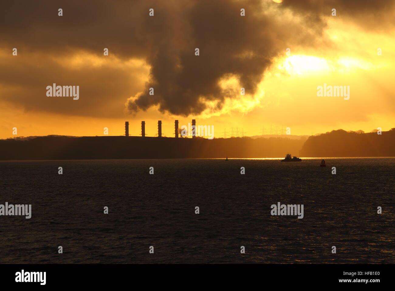 Kraftwerk an der Küste bei Sonnenaufgang.  Globaltemperaturanstiegbegriff Stockbild