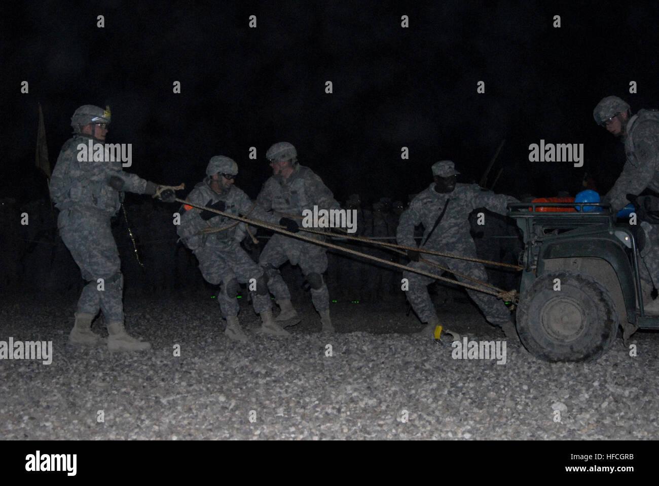 US-Soldaten der 172. Infanteriebrigade ziehen einen Wagen mit Hilfe ...
