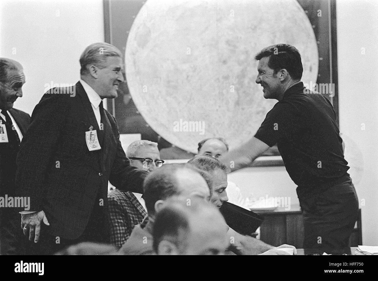 Wally Schirra begrüßt Dr. Wernher von Braun 000979 Stockfoto