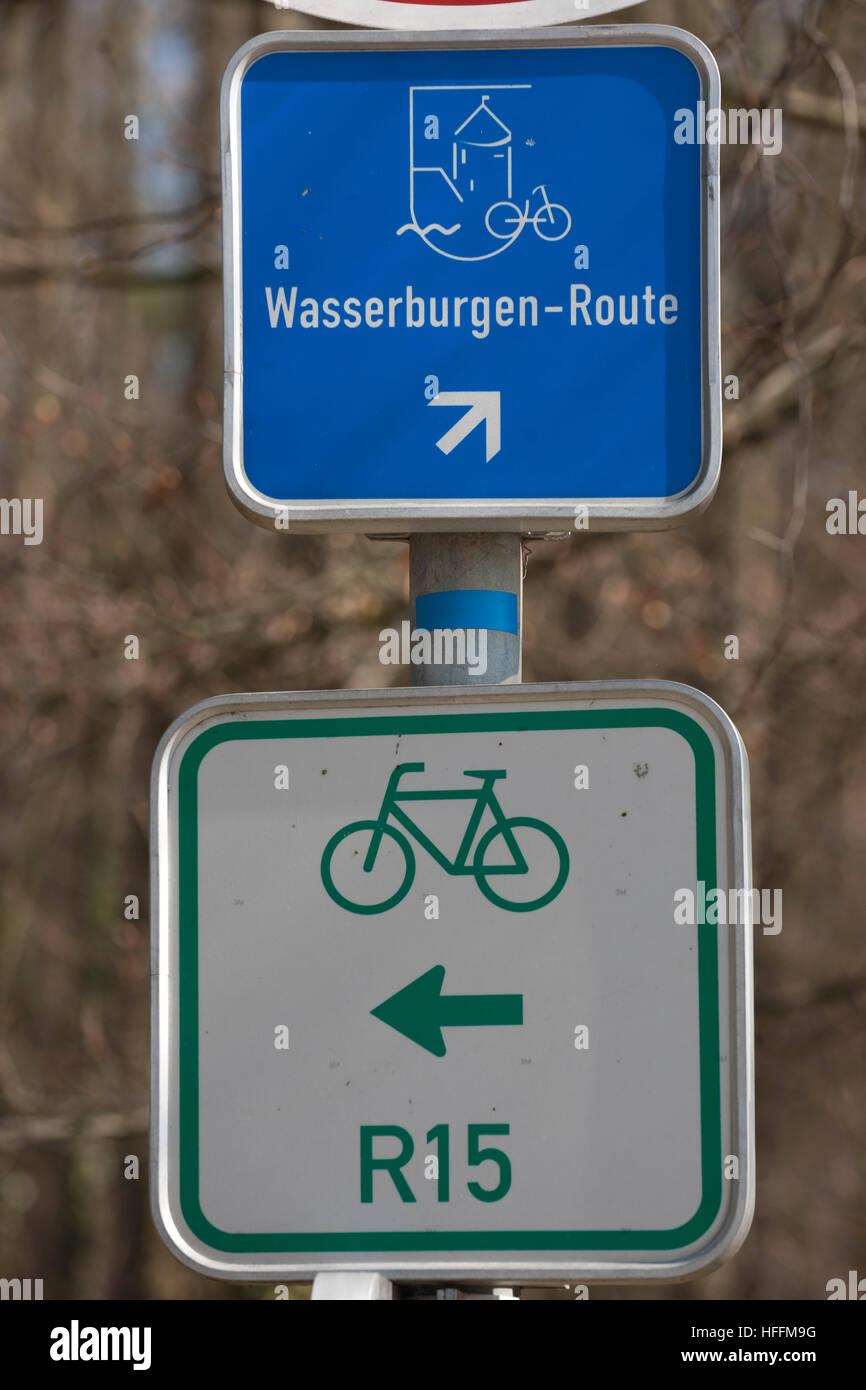 Deutschland, Nordrhein-Westfalen, Euskirchen, Stotzheim, Schilder Wasserburg-Route Kennzeichnen sterben Fahradroute Stockbild