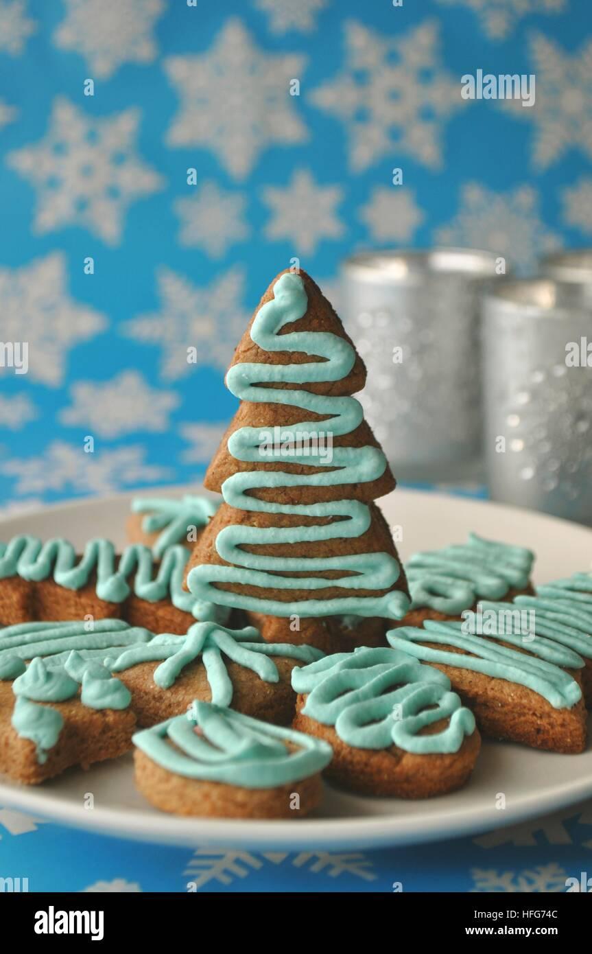 Nahaufnahme von verschiedenen festliche Weihnachten Süßigkeiten, Leckereien und Cookies auf blauem Hintergrund Stockbild
