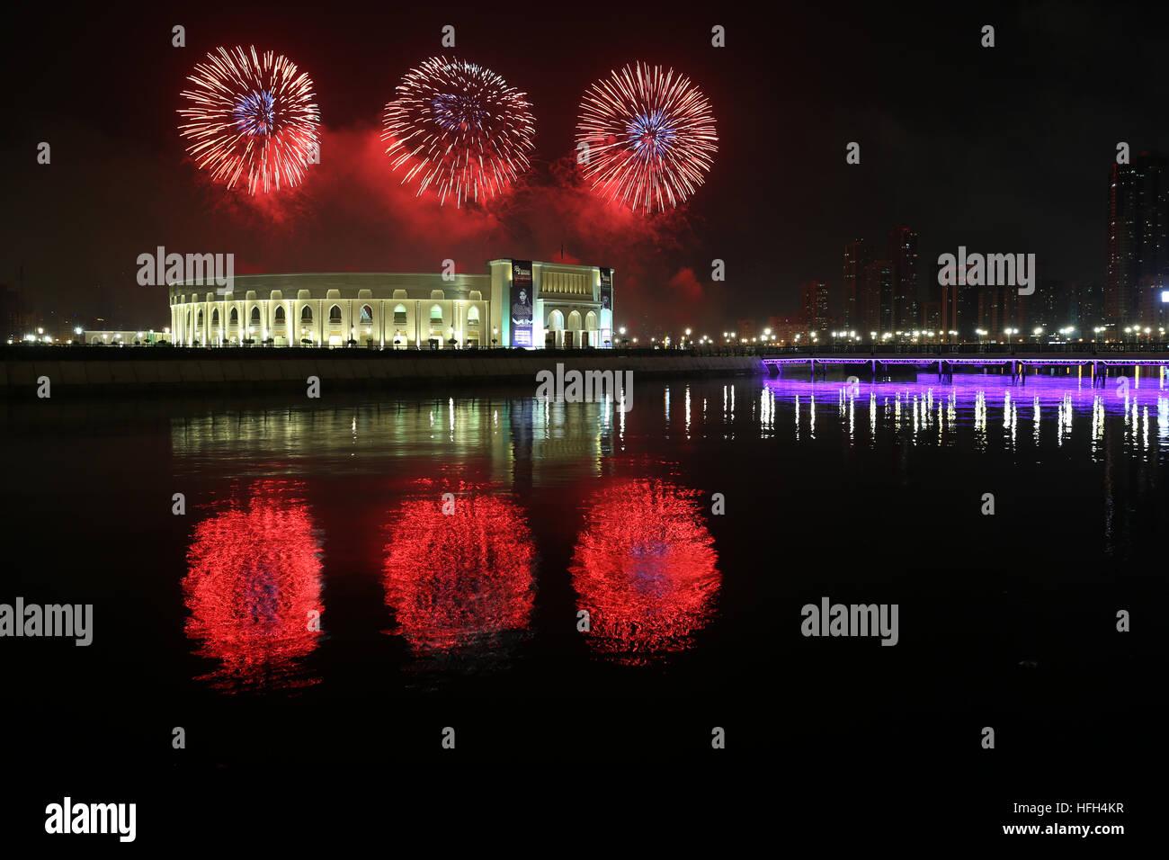 Sharjah, Vereinigte Arabische Emirate. 1. Januar 2017. Feuerwerk ...