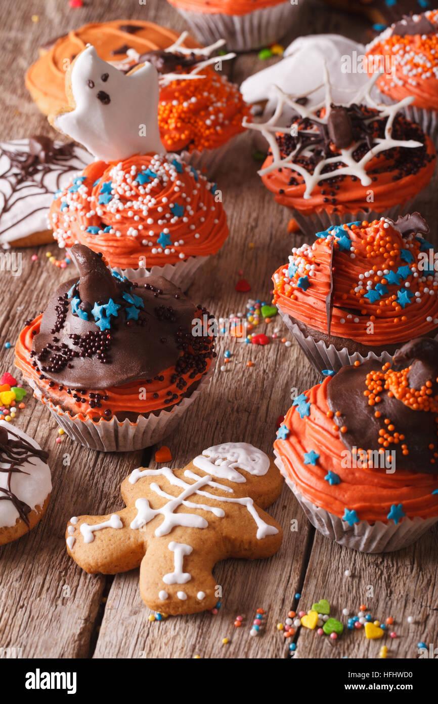 Festliche Halloween Muffins und Cookies Lebkuchen close-up auf dem Tisch. vertikale Stockbild