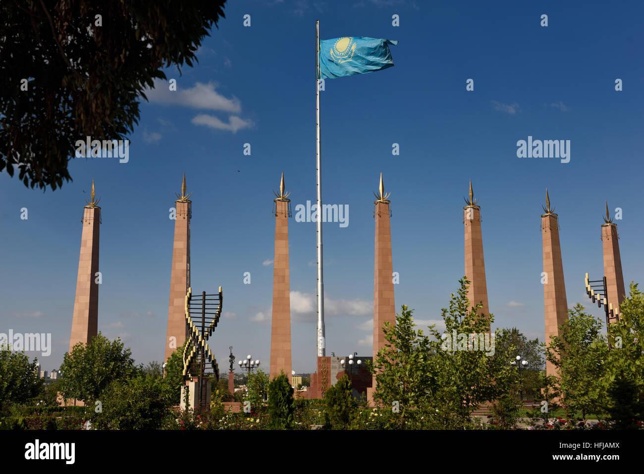 Sieben Granitsäulen und kasachische Flagge in Unabhängigkeit Park Schymkent Kasachstan Stockbild