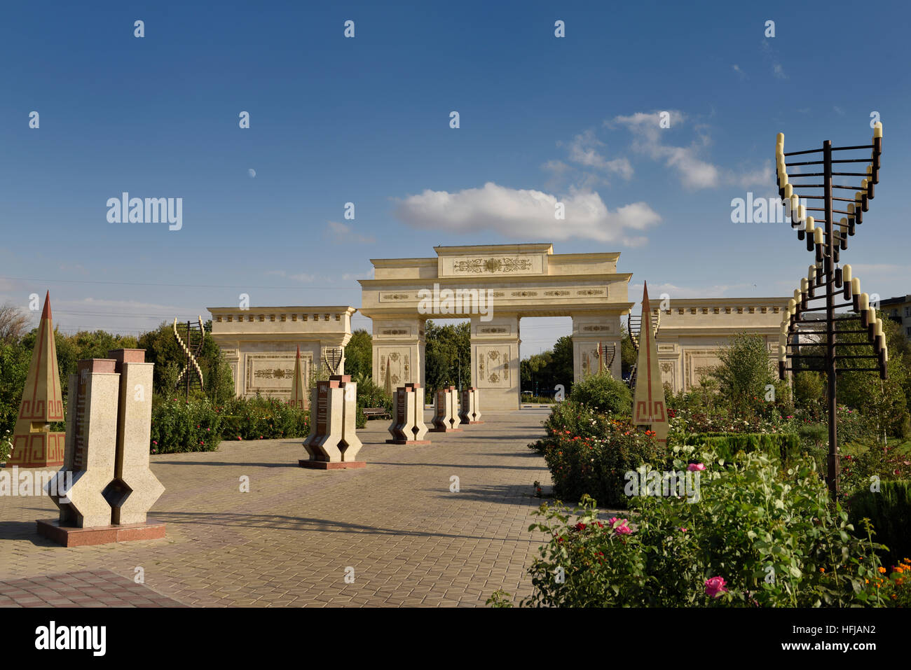 Toren nach Unabhängigkeit Park Schymkent Kasachstan mit Mond und Blume Rosengärten Stockbild