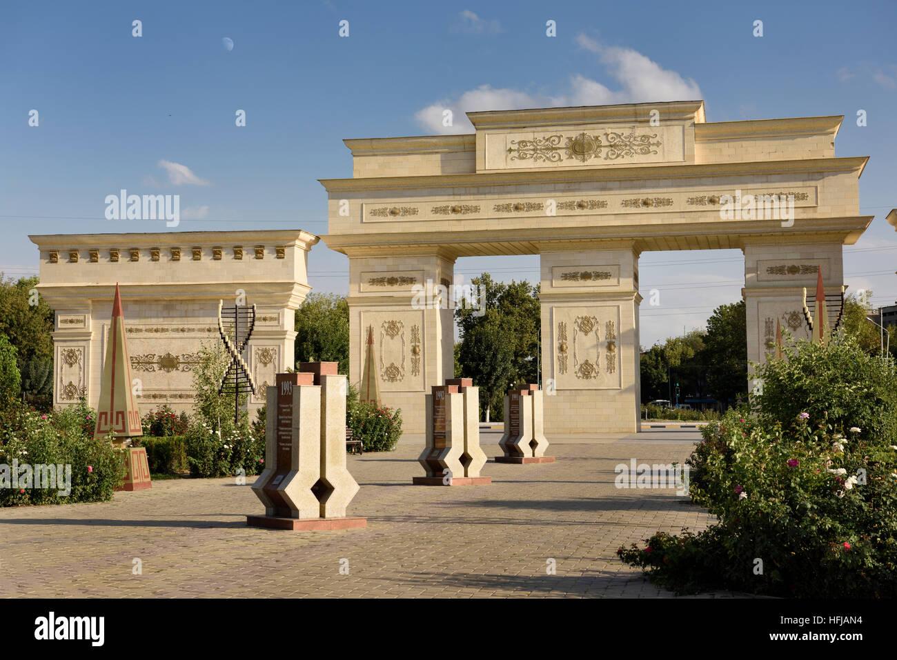 Reich verzierte Tore nach Unabhängigkeit Park Schymkent Kasachstan mit Granit-Stelen mit 20 Jahren Geschichte Stockbild