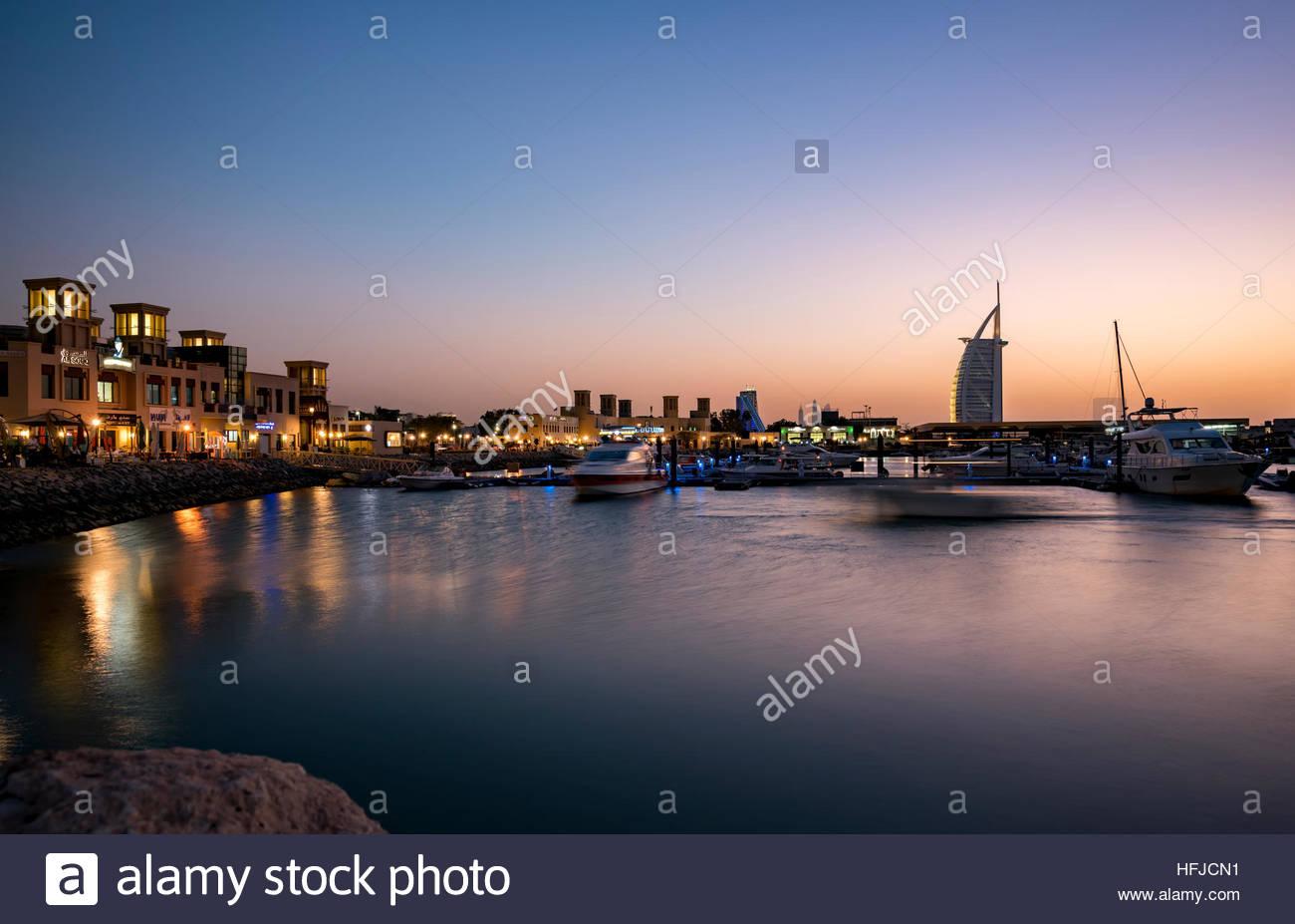 """Blick auf """"Al Souk"""", Fischereihafen, Dubai. Aufnahme während eines Sonnenuntergangs mit klaren Himmel Stockbild"""