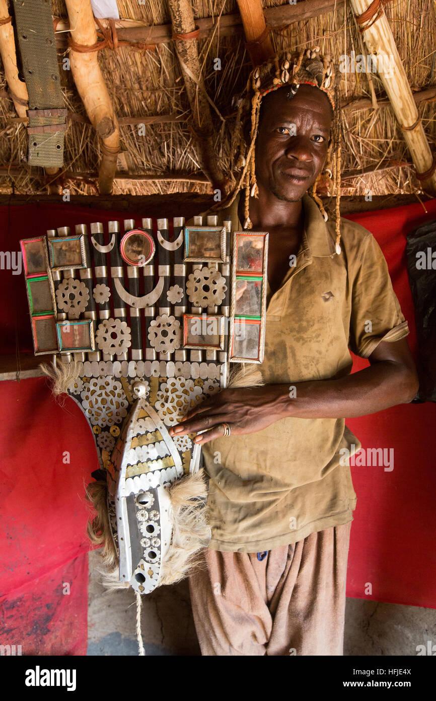 Baro Dorf, Guinea, 1. Mai 2015: Layeba Kourouma, 42, Landwirt und traditionelle Heiler mit seiner Maske. Er behandelt Stockbild