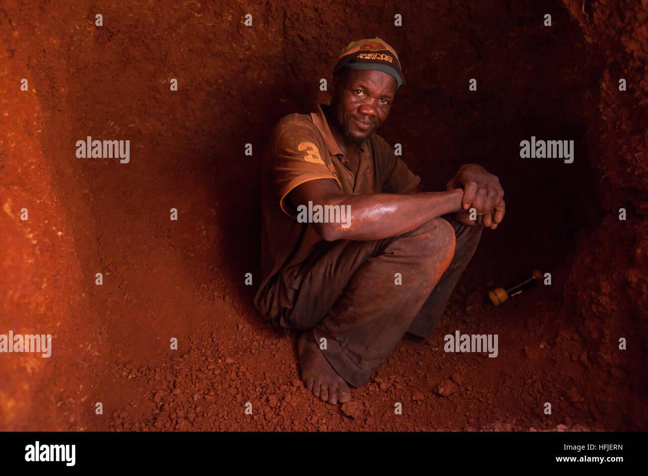 Sanana Goldmine, Guinea, 2. Mai 2015; Famoroba Camara, 40, hat zwei Frauen und acht Kinder. Wurde der Bergbau seit Stockbild