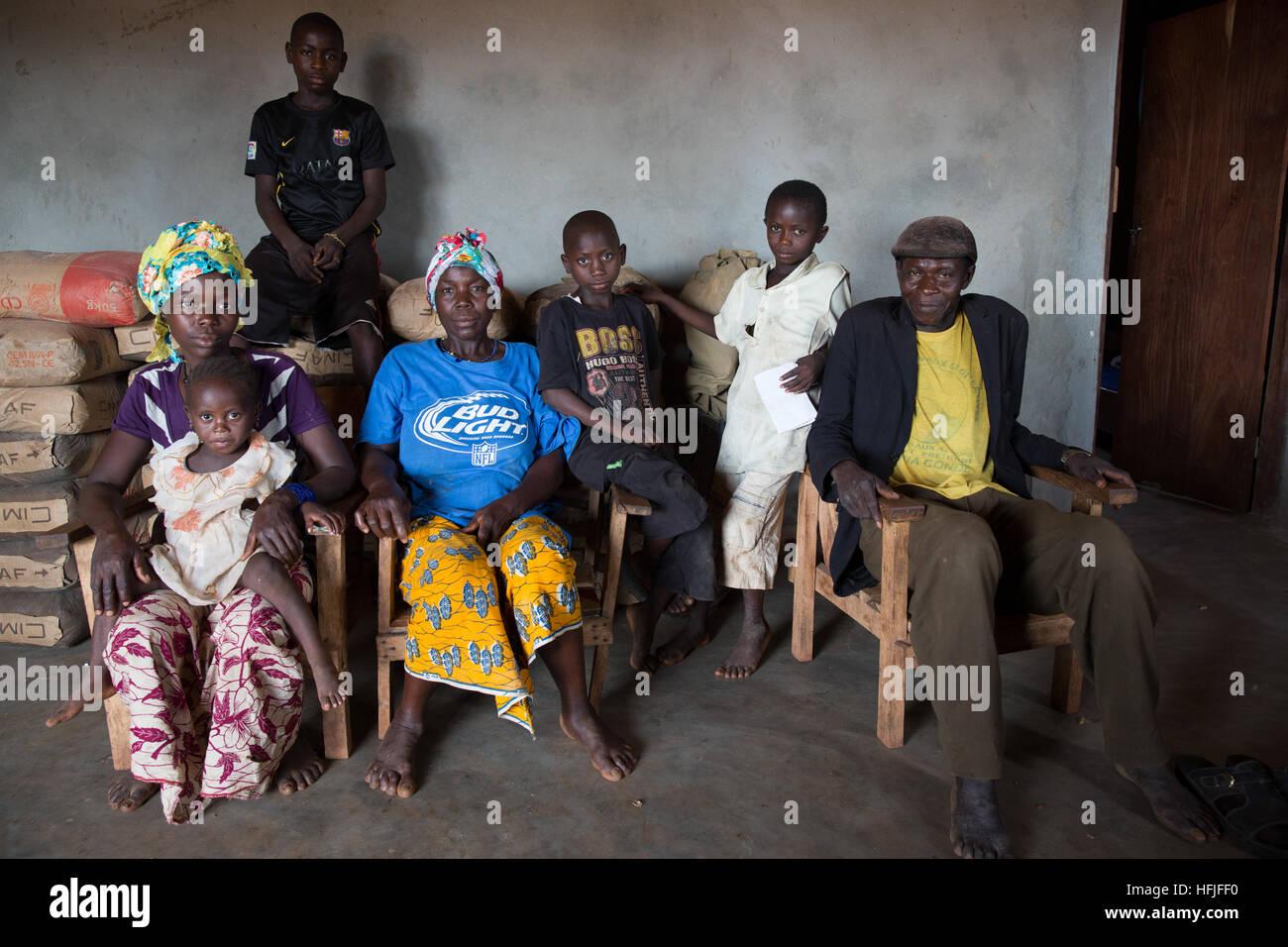 Koumban Dorf, Guinea, 2. Mai 2015; Huhn Züchter Sékou Condé, 52, mit einer seiner Frauen, einige Stockbild