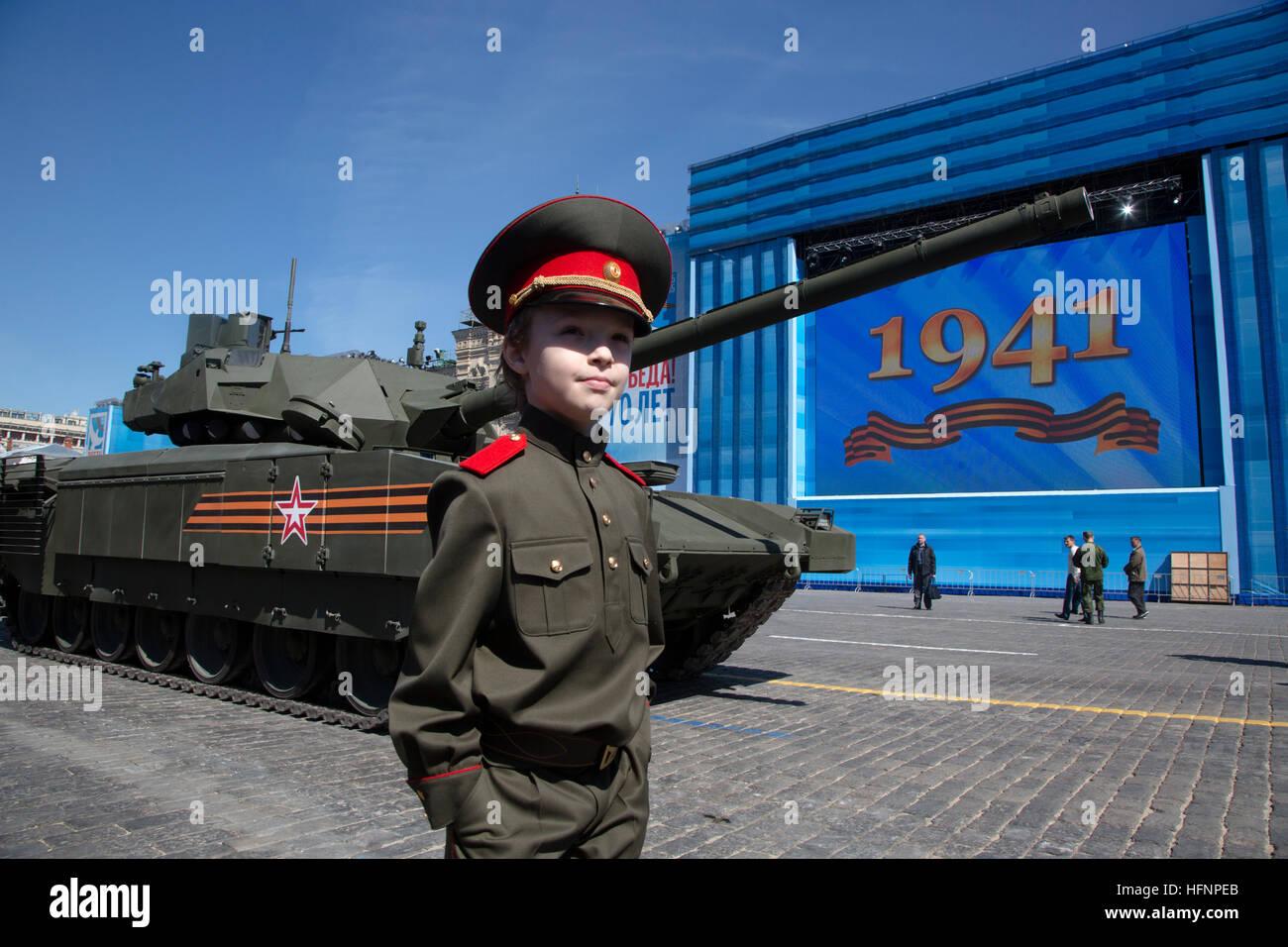 Russische Armee T-14 Armata Panzer fahren Sie in Richtung rotes Quadrat zur Teilnahme an der jährlichen Siegesparade Stockbild