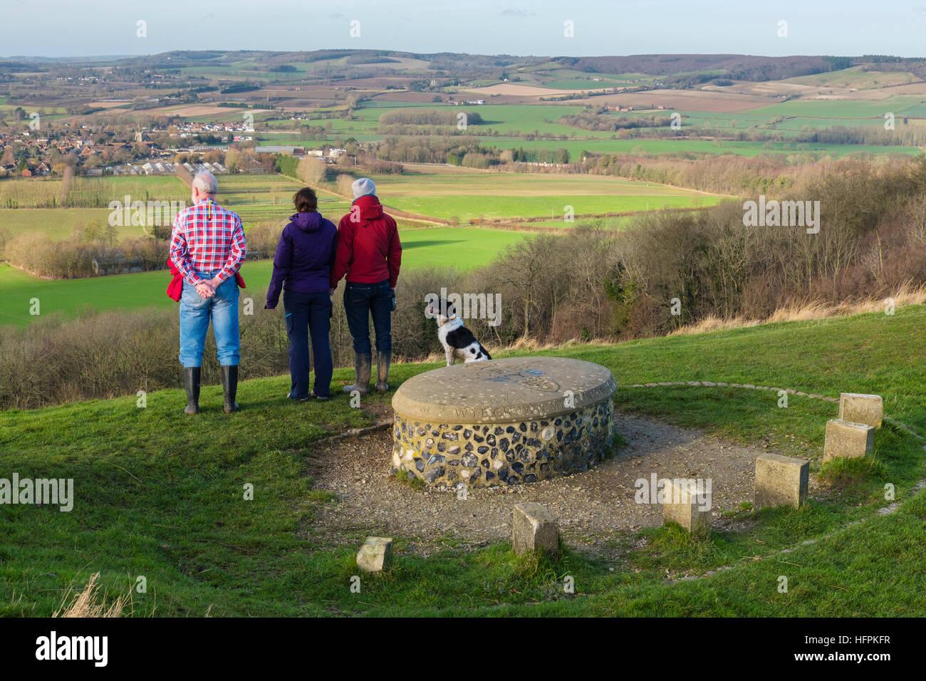 Die Leute, die auf der Suche an der Ausblick auf die Landschaft von Wye Krone Millennium Stein in Wye National Nature Stockbild