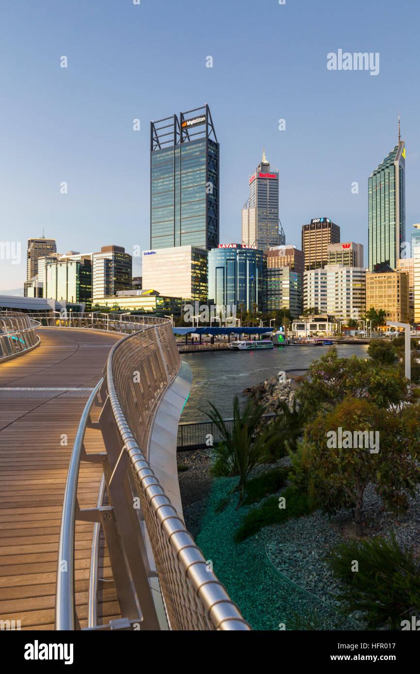 Twilight-Blick entlang der Elizabeth Quay Fußgängerbrücke, die Skyline der Stadt darüber hinaus, Stockbild