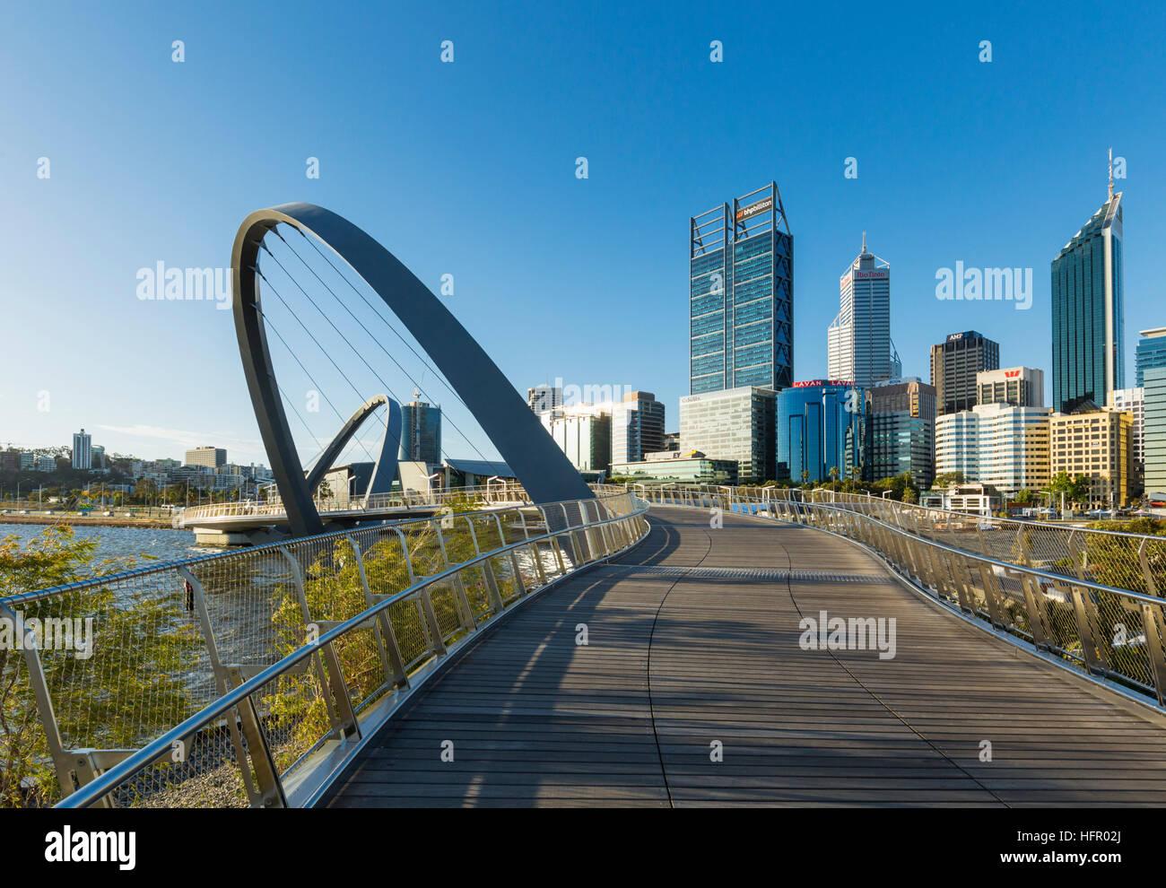 Blick entlang der Elizabeth Quay Fußgängerbrücke, die Skyline der Stadt darüber hinaus, Perth, Stockbild
