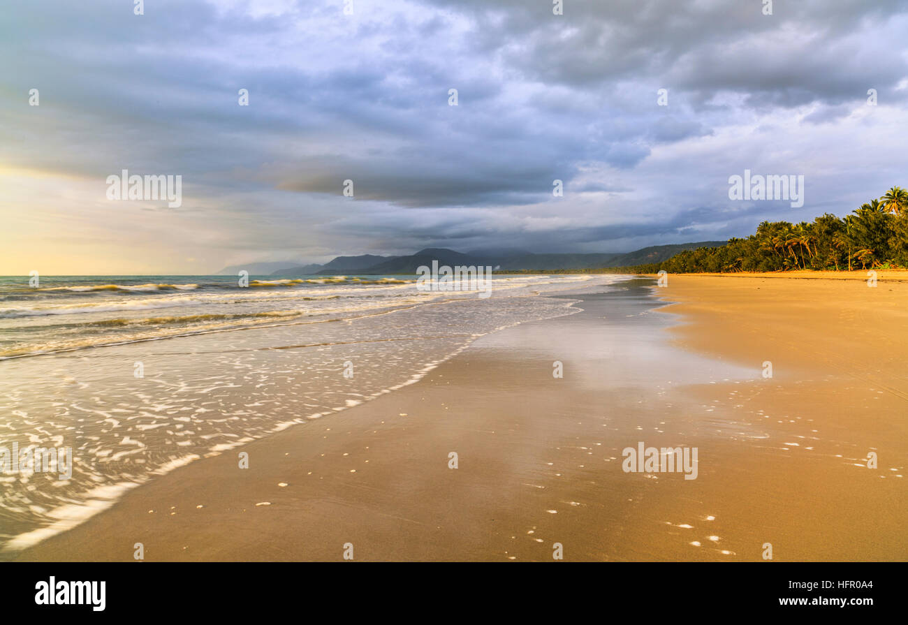 Four Mile Beach bei Sonnenaufgang. Port Douglas, Queensland, Australien Stockbild