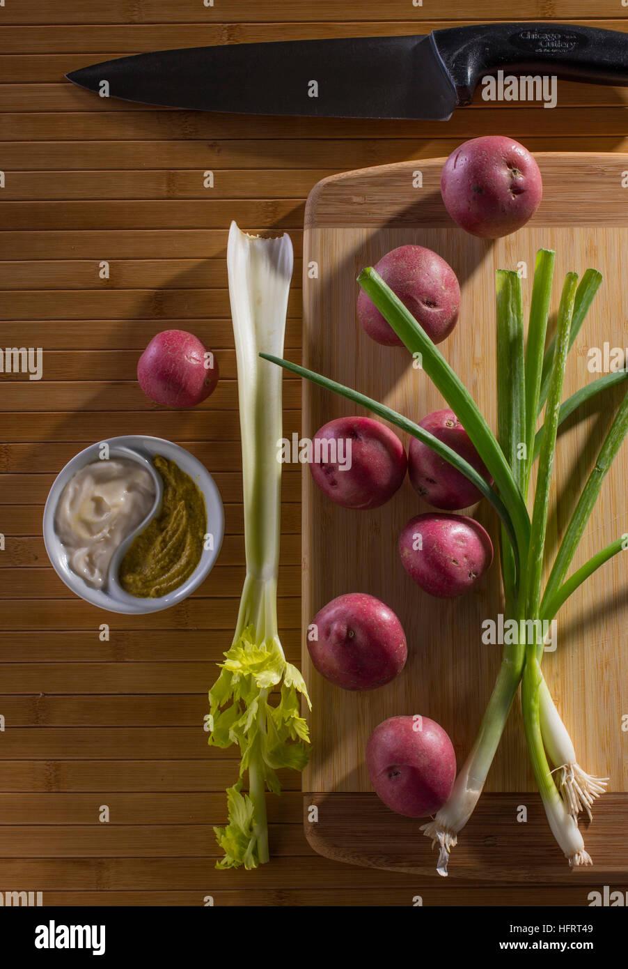 Obenliegende Winkel der Kartoffel Salatzutaten Stockbild