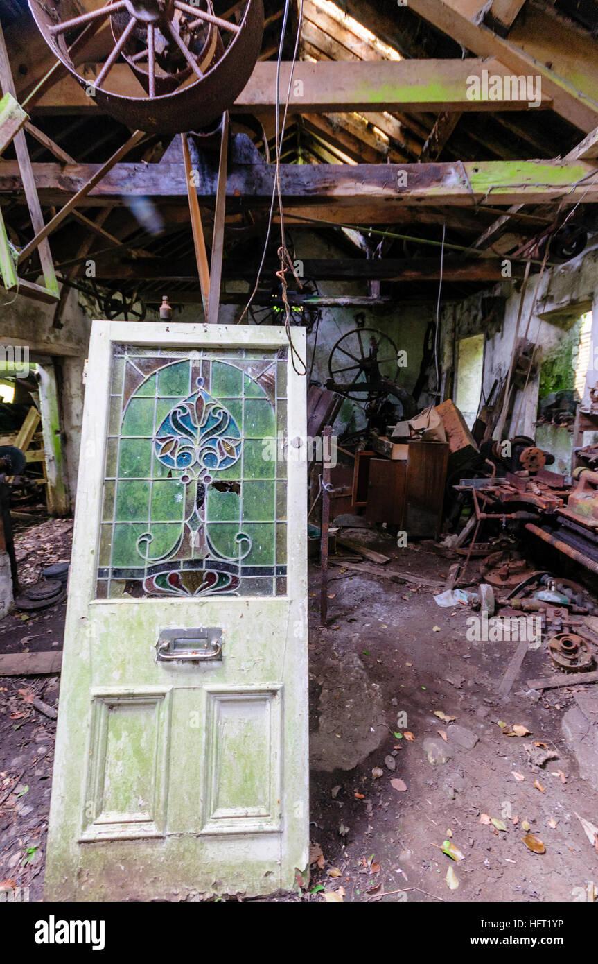 Tür mit Buntglas-Fenster in einem alten Schuppen-Workshop mit ...