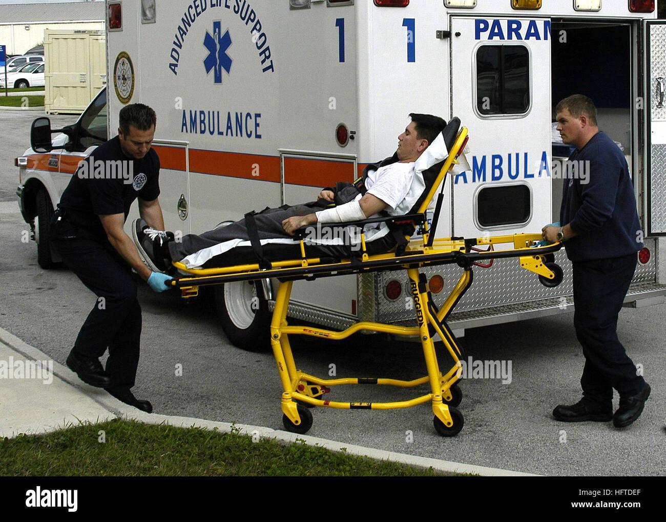 070119-N-4049C-024 Mayport, Florida (19. Januar 2007) - Feuerwehrmann Rettungssanitäter William Strickland und Steven Stockfoto