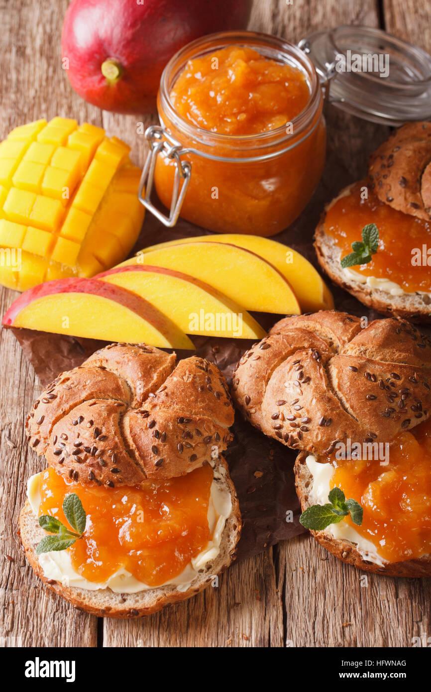 Sandwiches mit Mango Marmelade, butter und mit frischer Minze dekoriert hautnah auf dem Tisch. vertikale Stockbild