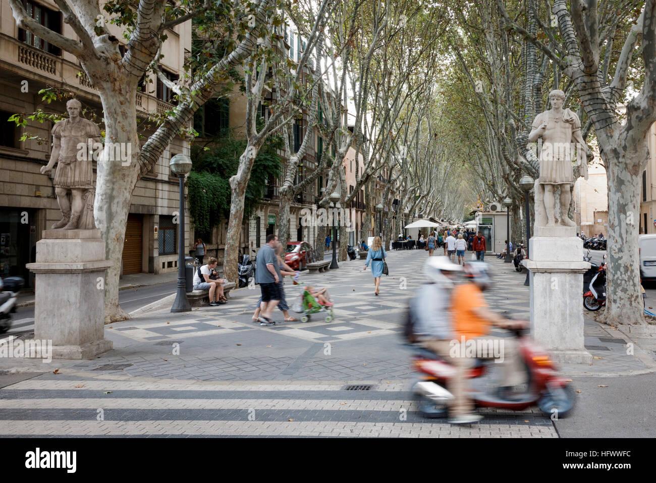 Palma, Mallorca, Spanien. La Rambla Straßenansicht mit Statuen der römischen Krieger Stockbild