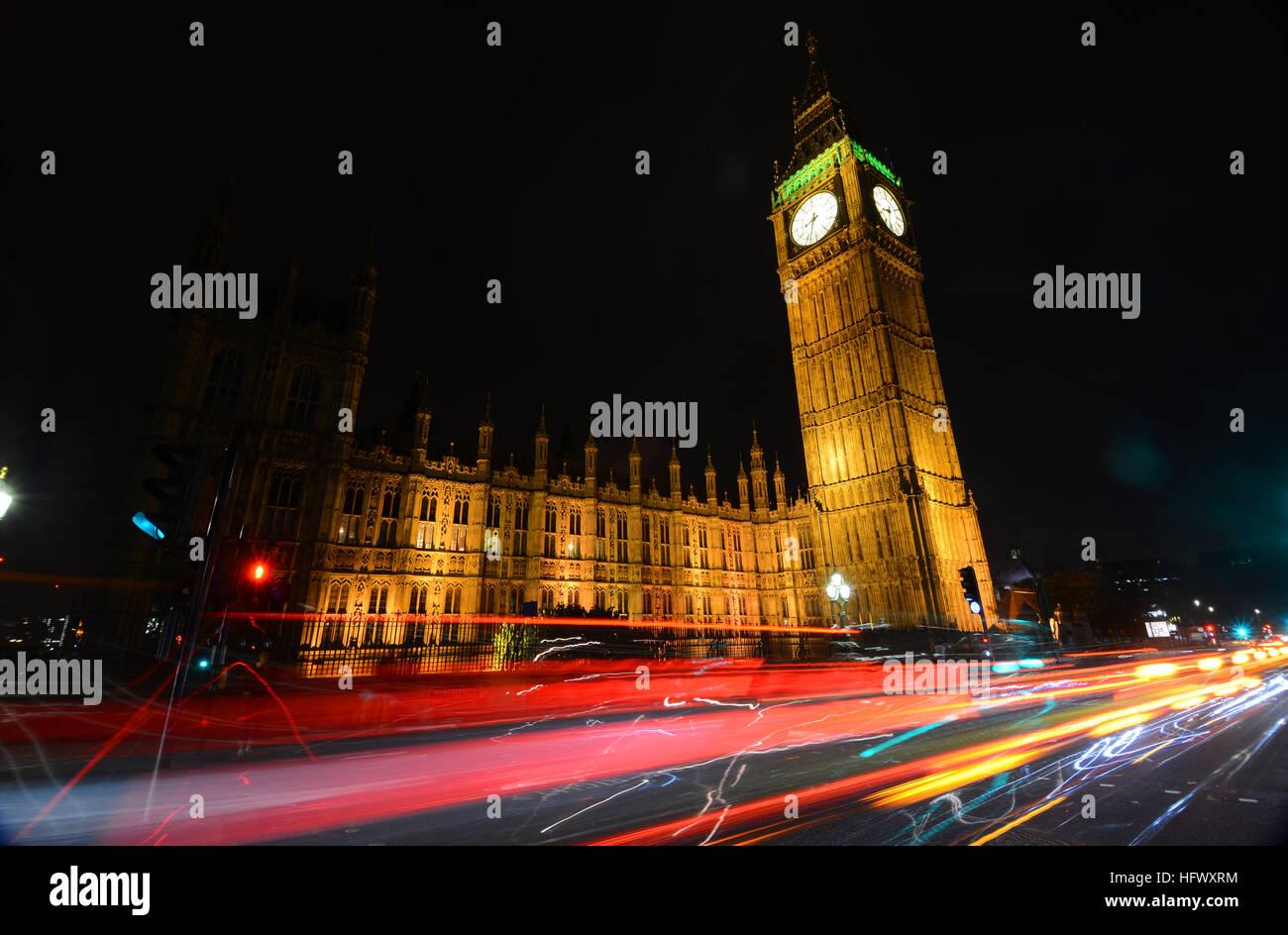 Big Ben Tower, Westminster Palace, London, UK, in der Nacht mit dem Auto trails Stockbild