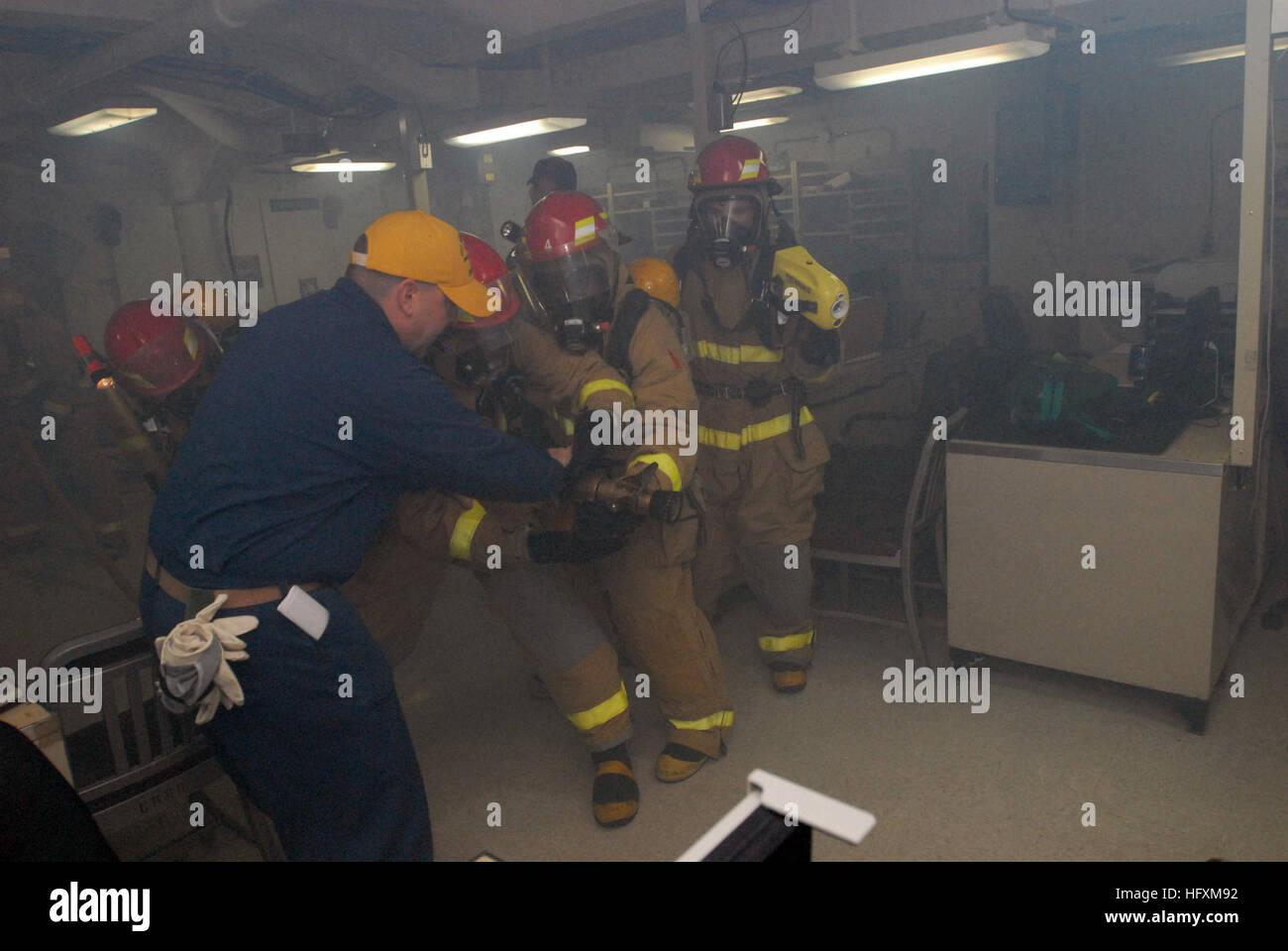 090704-N-5749W-303 ARABIAN SEA (4. Juli 2009) Senior Chief Machinist's Mate Mark McQuate weist ein Feuerwehr-Team in allgemeinen Quartalen Ausbildung an Bord des Flugzeugträgers USS Ronald Reagan (CVN-76). Ronald Reagan in den USA bereitgestellt wird 5. Flotte Aufgabengebiet. (Foto: U.S. Navy Masse Kommunikation Spezialist Seemann Lex T. Wenberg/freigegeben) US Navy 090704-N-5749W-303 des Maschinisten Senior Chief Mate Mark McQuate weist ein Feuerwehr-Team in allgemeinen Quartalen Ausbildung an Bord des Flugzeugträgers USS Ronald Reagan (CVN-76) Stockfoto