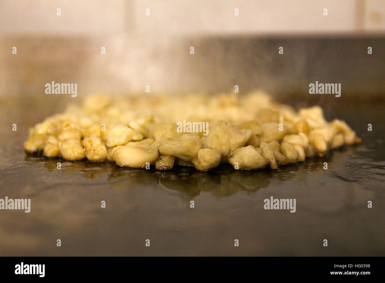 Grillen auf einem Backblech Knoblauchzehen Stockbild