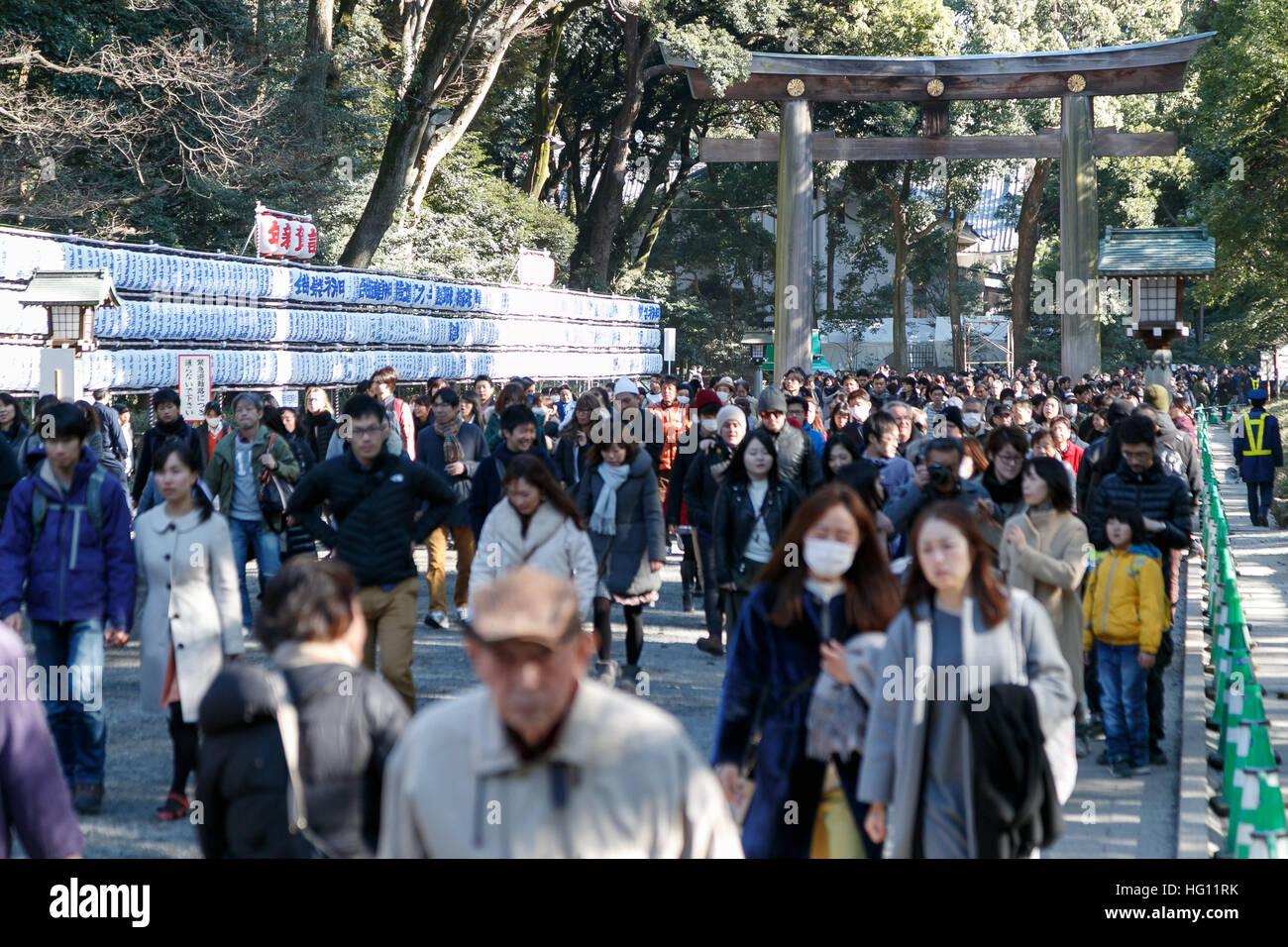 Menschen aufgereiht, Gebete an der Meiji-Schrein am 3. Januar 2017 ...