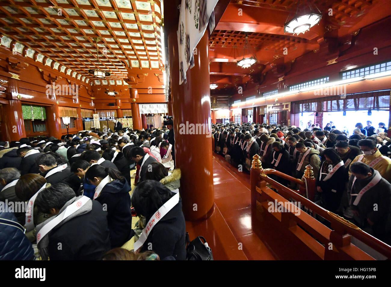 Tokio, Japan. 4. Januar 2017. Eine riesige Menschenmenge tummelt ...