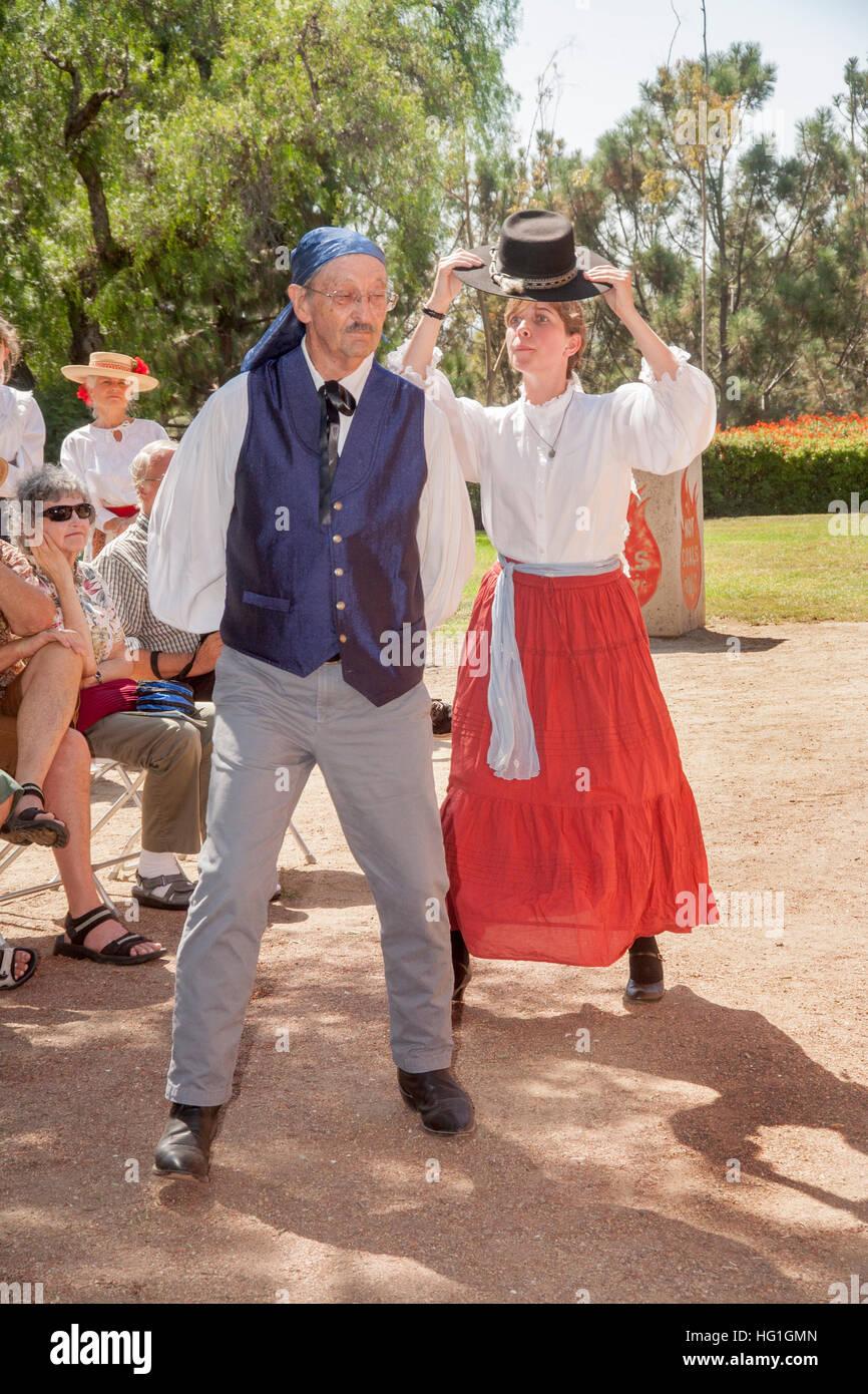 Verkleidet als alte Zeit Spanisch Kalifornier, führen ein Tanzlehrer und Schüler einen historischen spanischen Stockbild