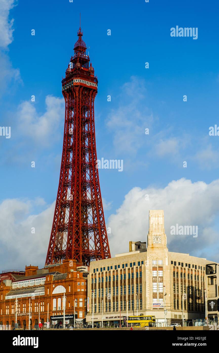 Blackpool Tower, Blackpool, Lancashire an einem Sonnentag im Dezember. Stockbild