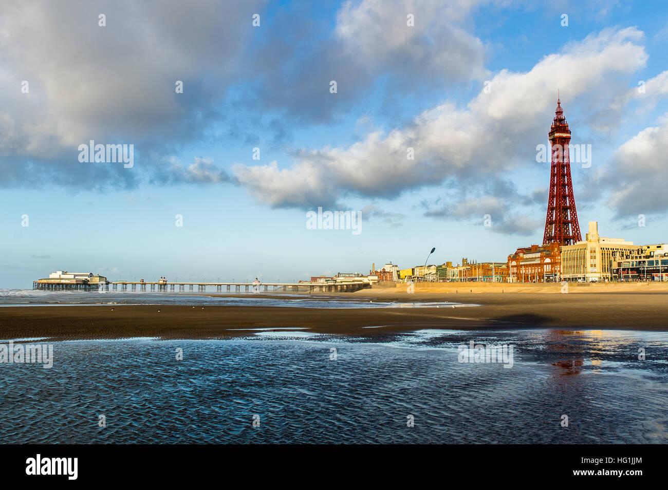 Blackpool Tower, North Pier und Strand in Blackpool, Lancashire, Großbritannien mit kopieren. Stockbild