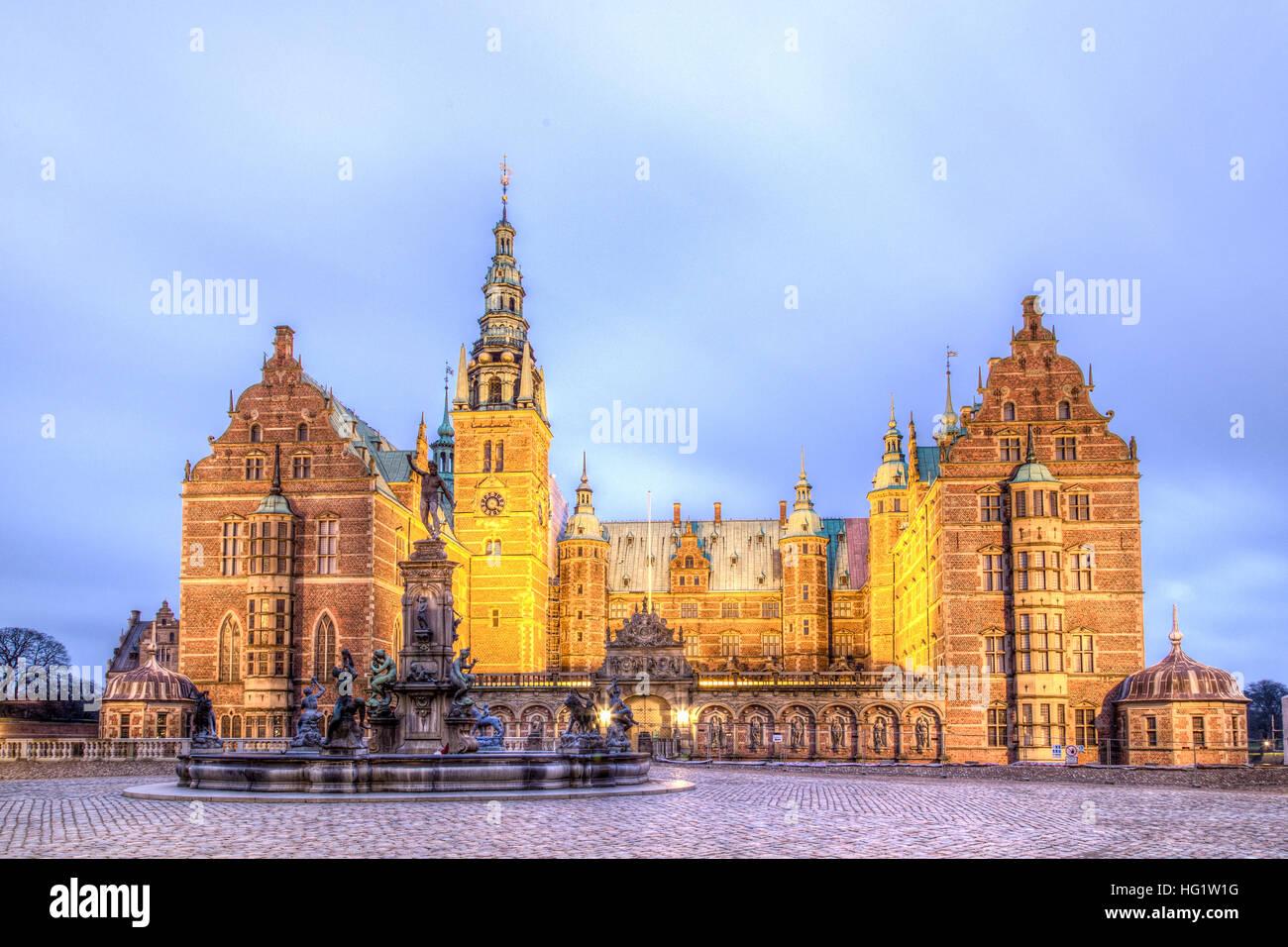 Hillerod, Dänemark - 29. Dezember 2016: Blick auf das beleuchtete Schloss Frederiksborg Stockbild