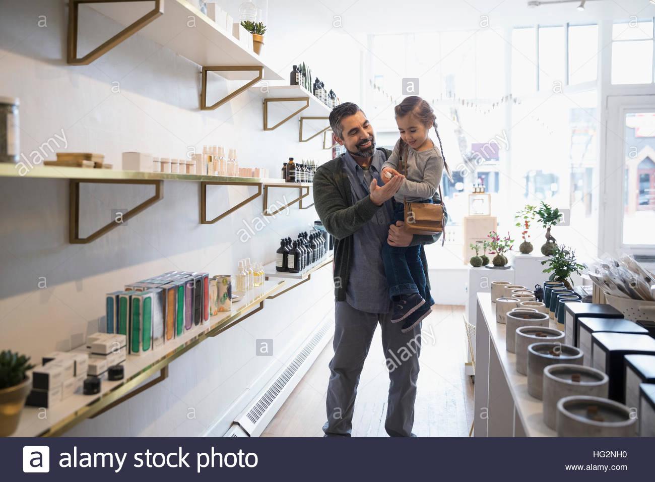 Vater und Tochter, Einkaufen, Surfen zu Hause Düfte im shop Stockbild