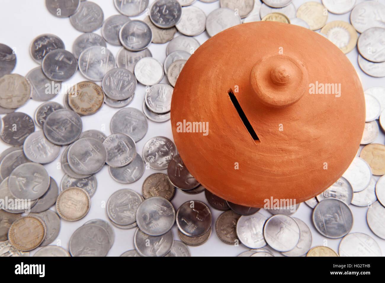 Rosa Sparschwein stehend auf Münzen Heap Stockbild