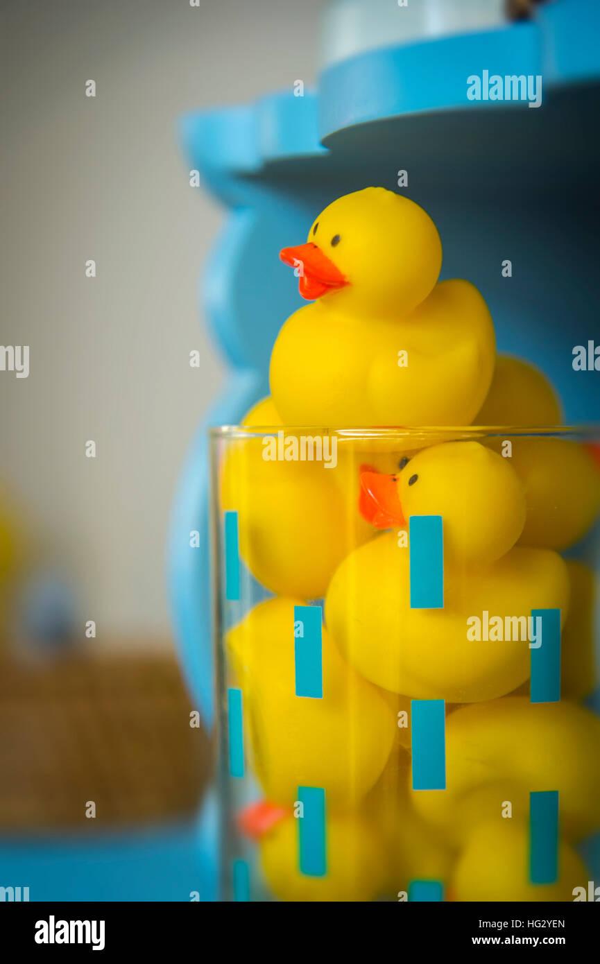 Rubber Duck Spielzeug im Badezimmer Stockfoto