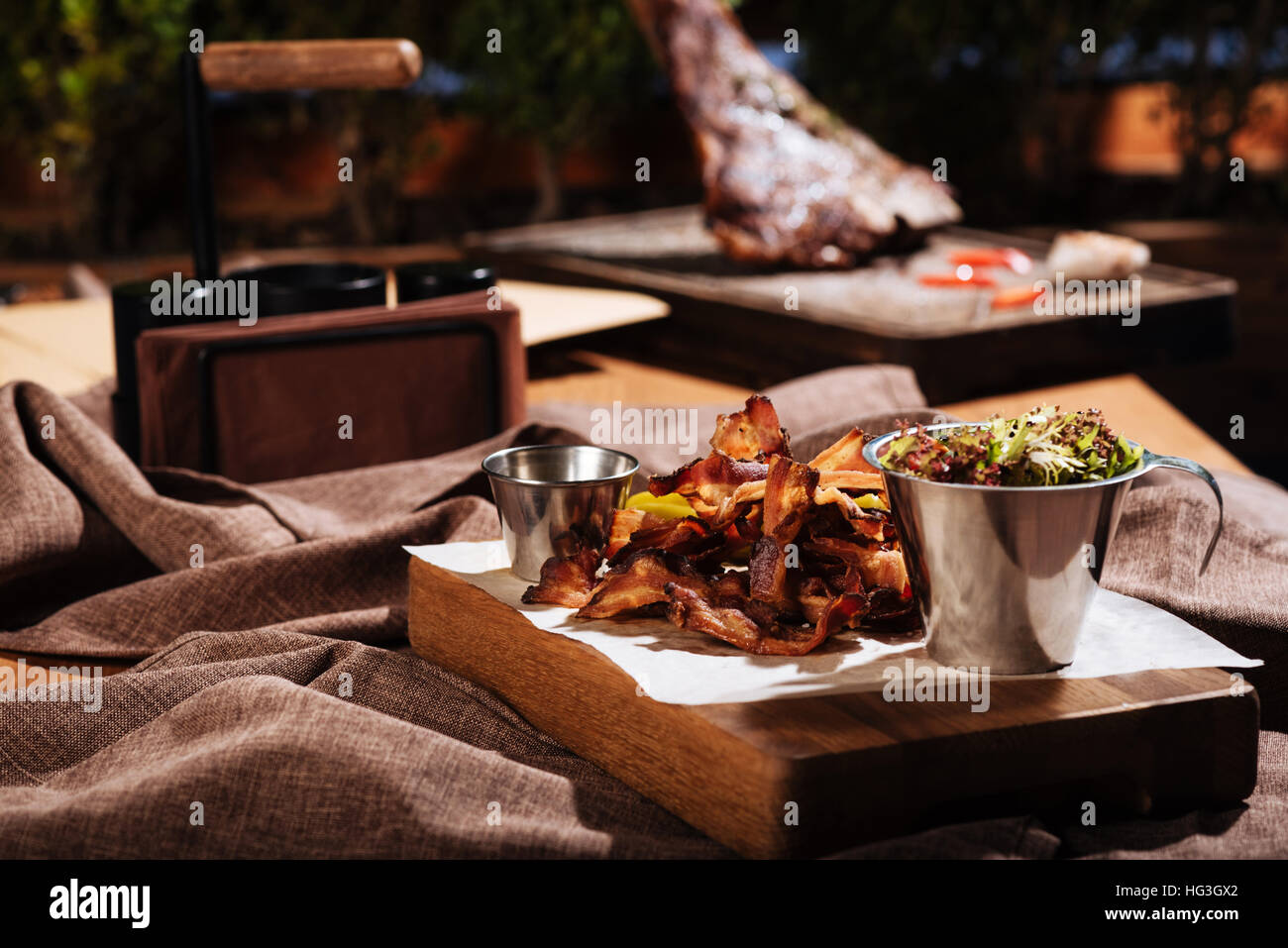 Speck und Salat stehen im Speisesaal Stockfoto