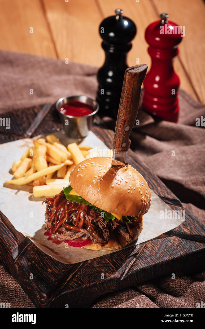 Leckere Burger serviert mit Pommes frites Stockbild