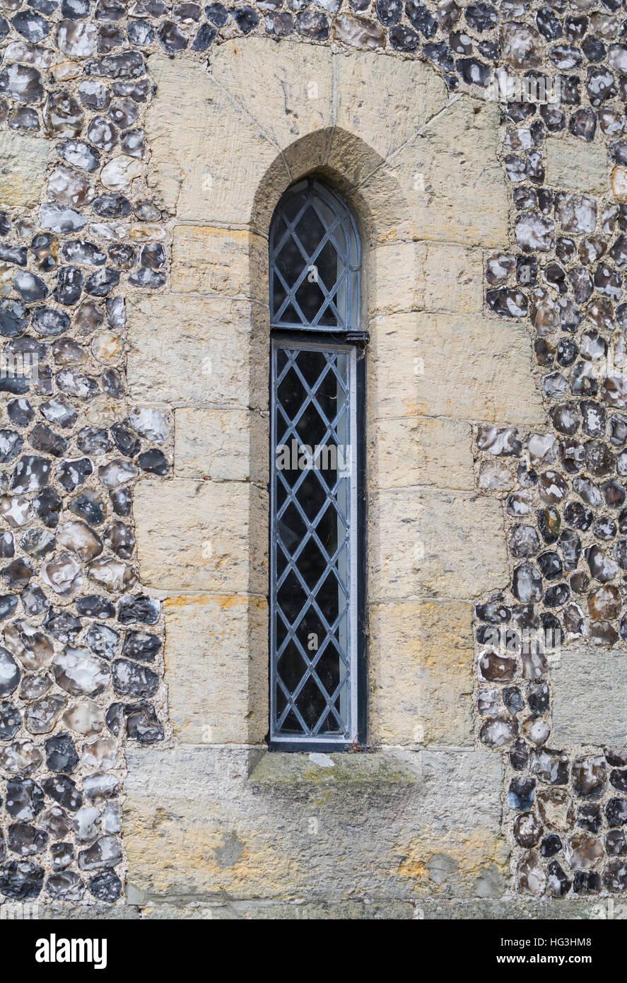 Pfeil-Schleife Fenster mit modernen Verglasungen in einer alten mittelalterlichen Burg im Vereinigten Königreich. Stockbild