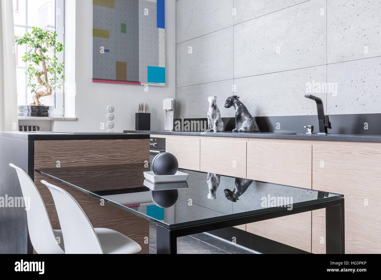 Schwarze Küche, Tisch, zwei Stühle und lange Arbeitsplatte Stockfoto ...
