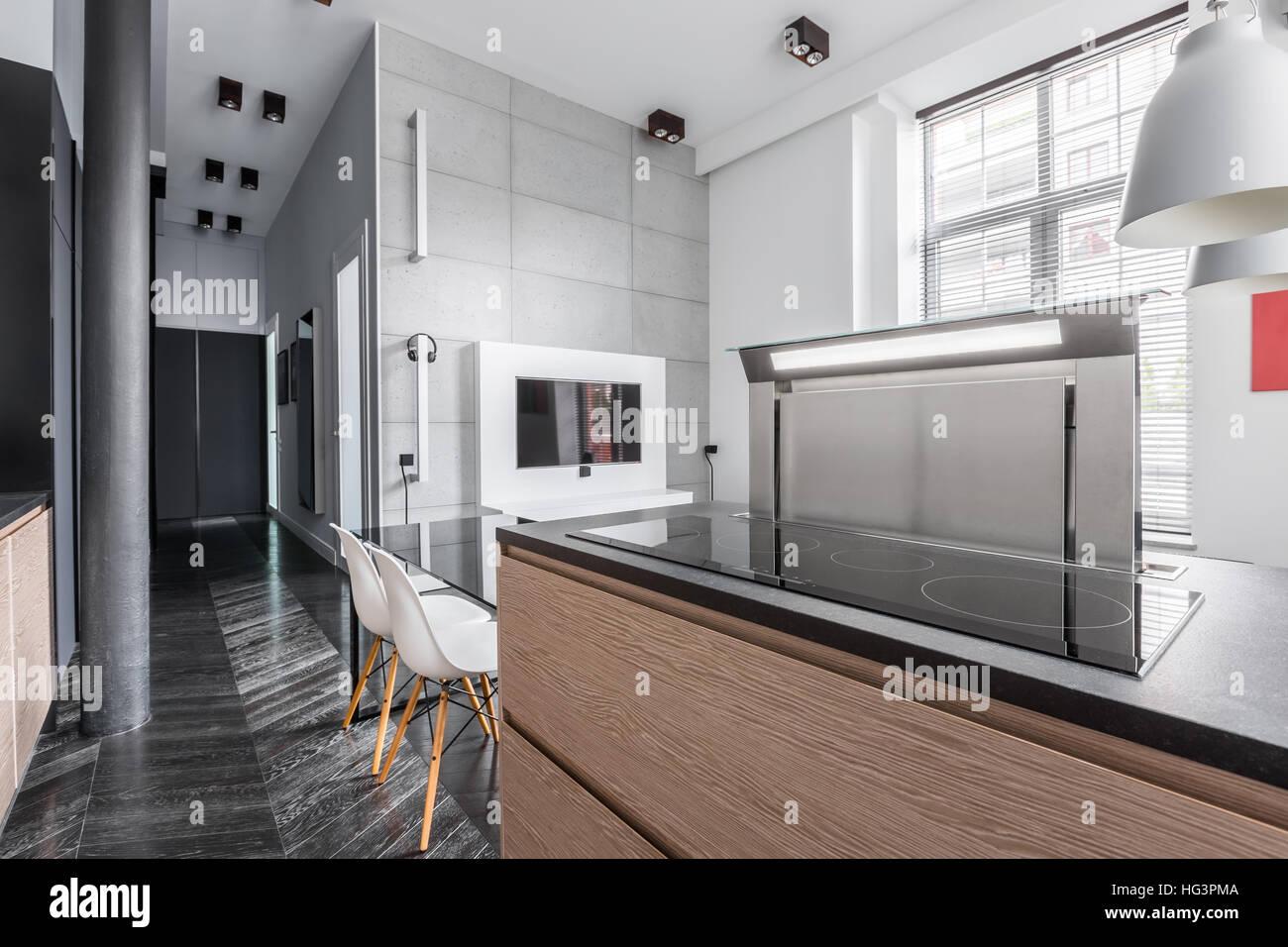 Wohnung im industriellen Stil und Küche Arbeitsplatte mit Induktions ...